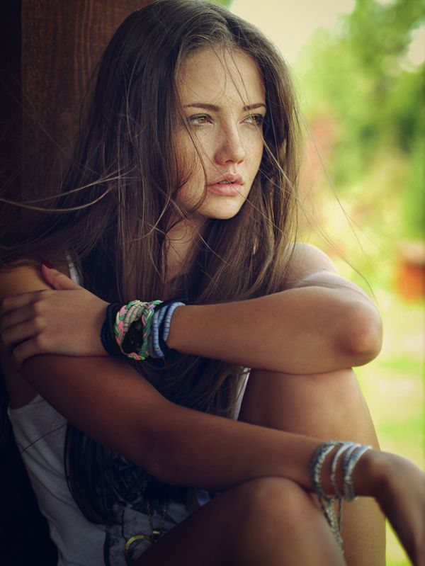 She is very apsad, alon and beautiful girl.