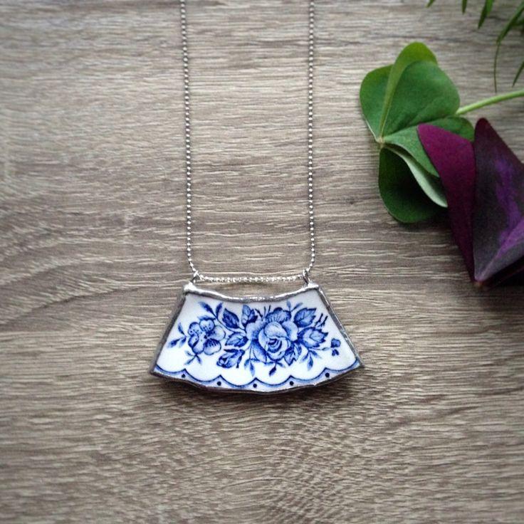 Collana girocollo broken china in ceramica bianca e blu decoro floreale con catena semplice in alluminio di Cuony su Etsy https://www.etsy.com/it/listing/474439484/collana-girocollo-broken-china-in