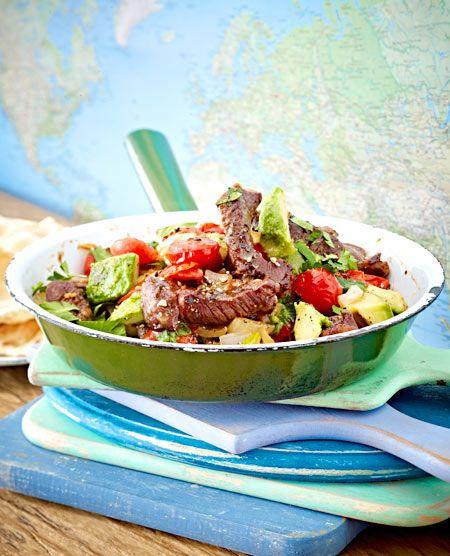 Lecker essen in 25 Minuten: Erst das Fleisch anbraten, dann Zwiebeln und Tomaten. Avocado dazu geben, abschmecken, fertig.