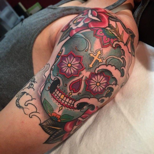 Caveira Mexicana Tattoo | braço rosa newschool cruz