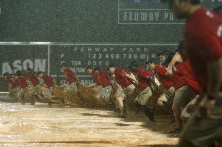 Operarios del Fenway Park cubren el campo para protegerlo de la lluvia durante un encuentro de la Liga Americana entre los Medias Rojas de Boston y los Azulejos de Toronto en Boston, Massachusetts, el 08 de septiembre de 2012.   Créditos: REUTERS / Dominick Reuter