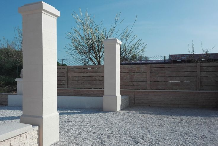 Pilier (poteau) de clôture ciselé et bouchardé, gamme Décoration, pilier plein monobloc en béton armé, modèle 44 cm