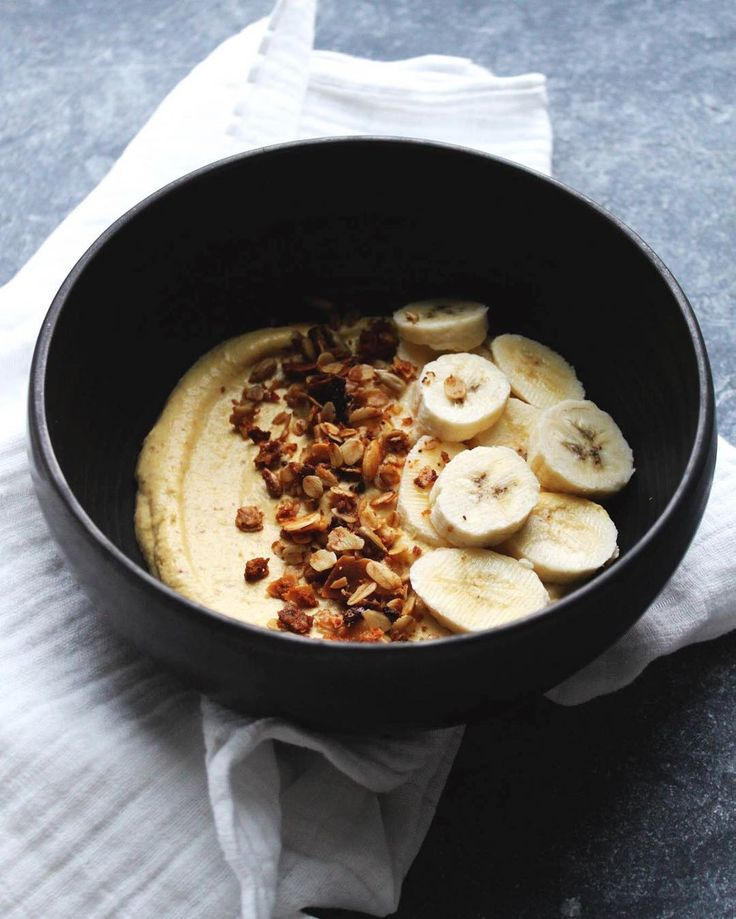 On commence la journée du bon pied avec une recette toute rapide pour un petit déjeuner sain et onctueux. Je teste le @vitamix et j'adore ça!  #Vitalicious #vitamix #sain #gourmand #onsefaitdubien http://www.fouettmagic.com/blog/2016/03/27/creme-de-cajous-pommes-et-mangue-a-la-banane-et-au-granola-maison/