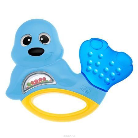 """Развивающая игрушка-погремушка Chicco """"Морской котик""""  — 370р. - Яркая развивающая игрушка-погремушка Chicco """"Морской котик"""" привлечет внимание вашего малыша и не позволит ему скучать. Она выполнена из безопасного пластика в виде забавного морского котика. Внутри игрушки под прозрачным окошком находятся маленькие разноцветные шарики, которые перекатываются и гремят при тряске. Хвостик, наполненный охлаждающей жидкостью, послужит малышу в качестве прорезывателя, который поможет снять…"""