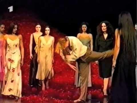 """Das Tanztheater der Pina Bausch Regie: Christiane Gibiec WDR 1998 Dokumentiert wird die Arbeit zu dem Stück """"Der Fensterputzer"""" bei Proben in Hongkong. Anläs..."""