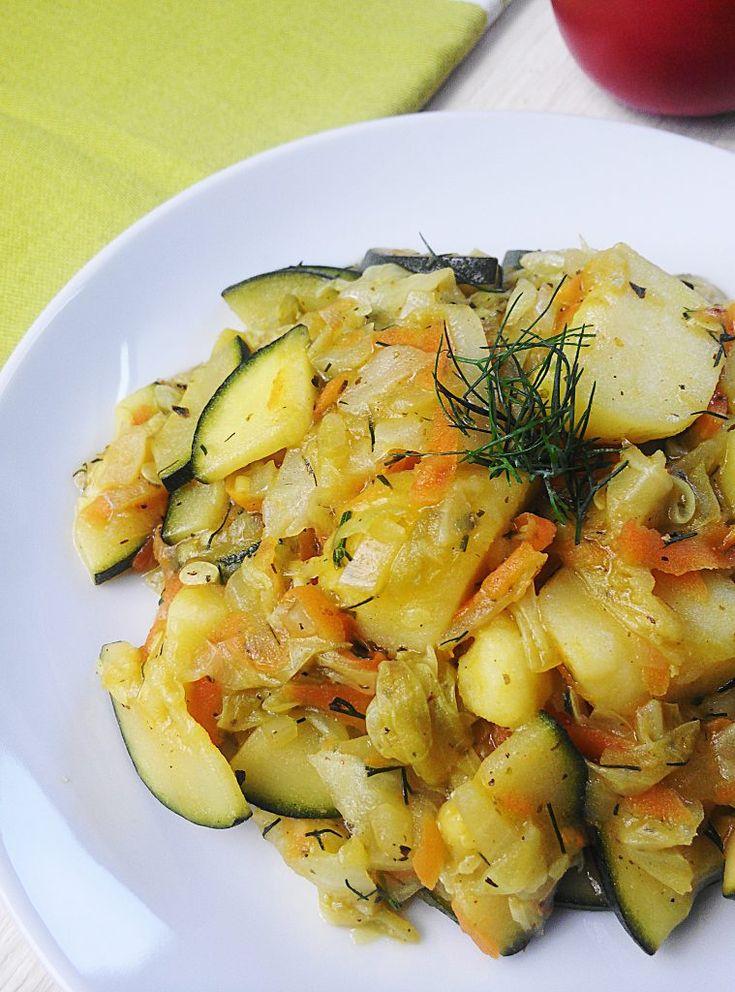 MŁODA KAPUSTA duszona z cukinią, ziemniakami i koperkiem – Via Gusto