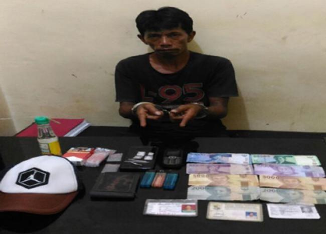 Pangkalan Kerinci, Oketimes.com - Asyik nongkrong di kedai tuak, seorang pengedar narkotika jenis sabu ditangkap Kepolisian Resor Pelalawan, Riau, Kamis 30 November 2017 sekira