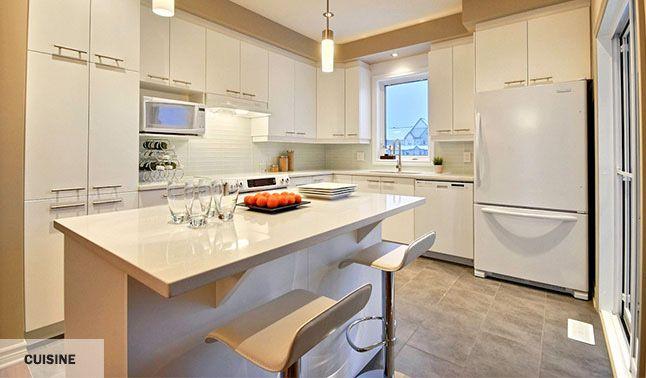 Cuisine style laboratoire, blanche et épurée.