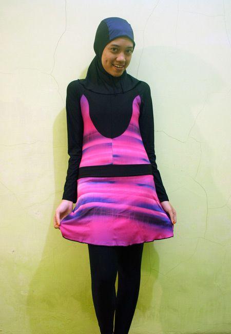 Kode: BRMD201408, Harga: IDR 185.000. Baju renang muslimah dewasa berwarna dasar hitam kombinasi warna pink motif abstrak. Unik, sporty dan modis. Model baju dan celana renang terpisah, dilengkapi jilbab. Resleting disisipkan di depan baju untuk memudahkan pemakaian.