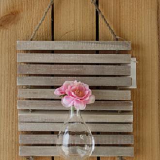 Een vaasje om op te hangen voor één bloem of een zelf geplukt klein boeket. € 3,95