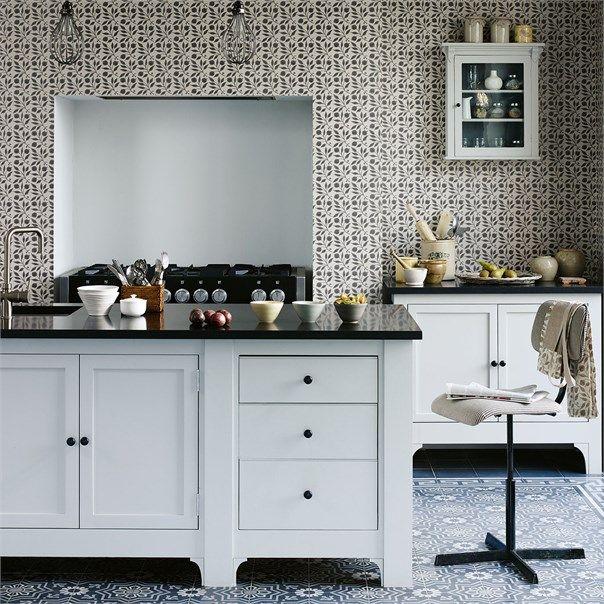 Tapet Rosehip från William Morris online hos Engelska Tapetmagasinet | Tapeter | kakel | Mönster | Göteborg | Svartvit | Wallpaper | Black and White | Geometric | Tiles