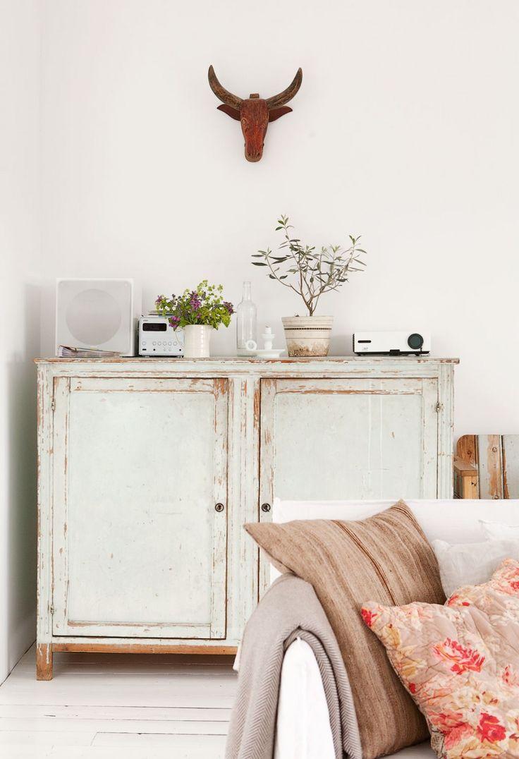 White vintage closet | Styling @fransuyterlinde | Photographer Jansje Klazinga | vtwonen September 2011