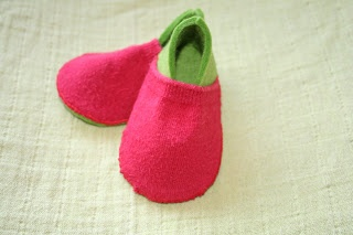 Tutorial: felt baby slippers made with an old sock | Leven met Liv