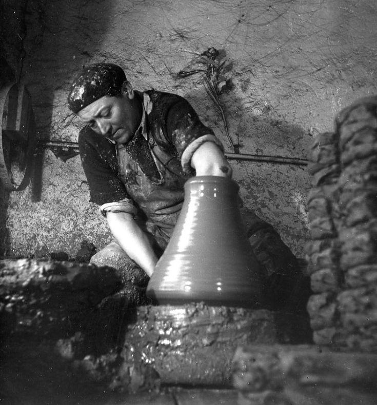 Robert Doisneau - Craftsmen //   Le tour du potier, Saint-Armand-en-Puisaye 1945  ~Via Jesus Risueño