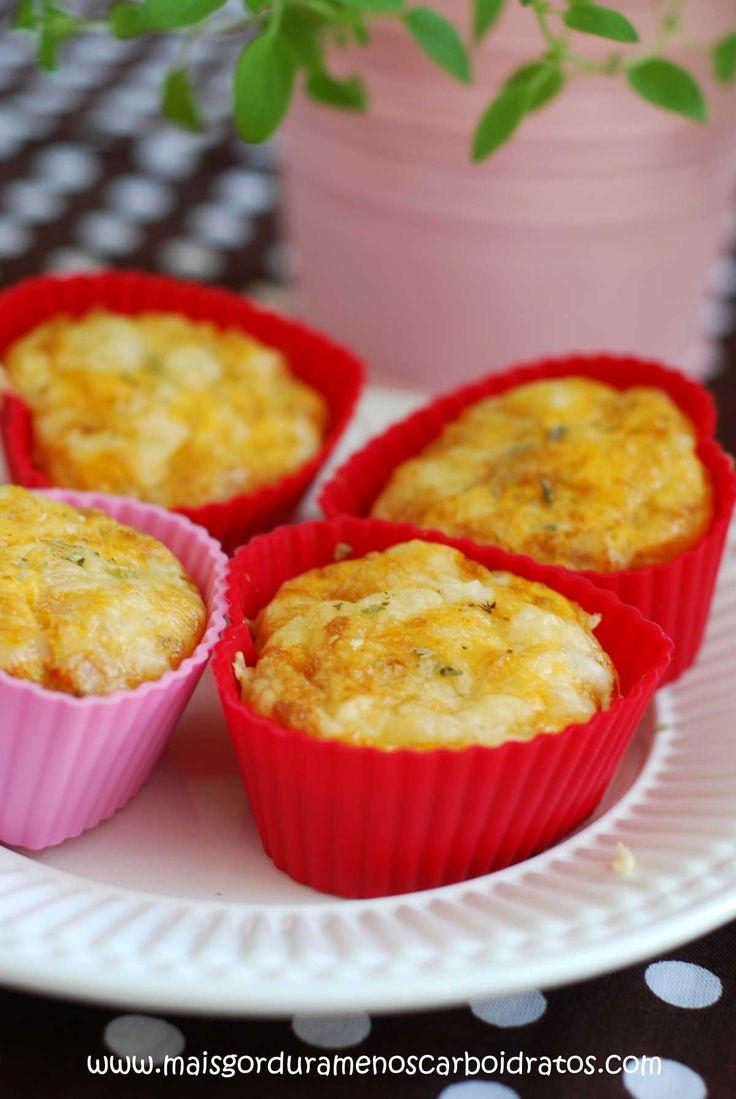 Muffin salgado 3-4 muffins (pode aumentar sem problemas).Receita base: 3 ovos + sal & pimenta do reino + 4 colheres de sopa de queijo ralado + orégano seco. MODO DE FAZER: Bate os ovos e sal&pimenta com um garfo ou um batedor de mão até a gema e a clara se misturarem; Espalhe em formas de muffins.  Coloque os recheios.Espalhe o queijo ralado em cima e finaliza com orégano.Cozinha no forno em 200 graus por ~20 minutos. Eles vão expandir no forno, mas depois eles diminuem de novo.