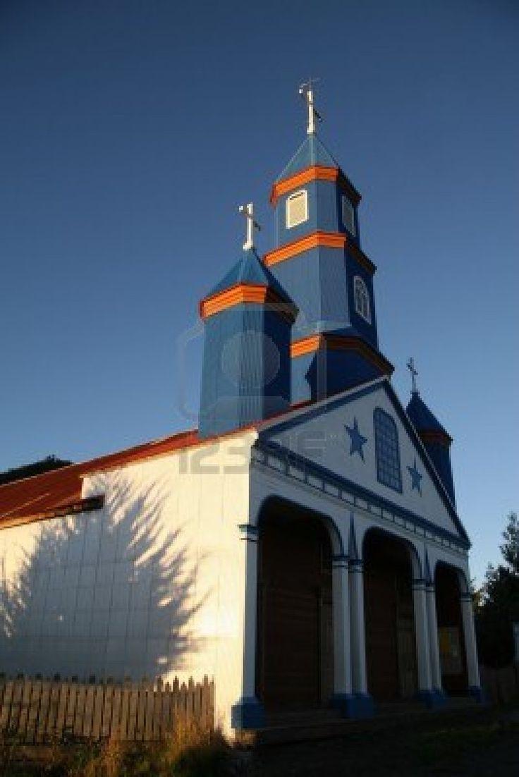 Hermosa iglesia de madera pintada en la remota aldea de Tenaun en la isla de…