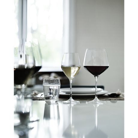 The white wine glass with a volume of 25 cl has been created for most white wines with nuances of tart fruit that are best tamed over a slightly smaller surface. Also ideal for serving dessert and fortified wines that require more room in the glass. #holmegaard #perfection #whitewineglass