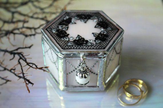 Boîte à bagues Goth pastel avec des roses noires par LaurusArt