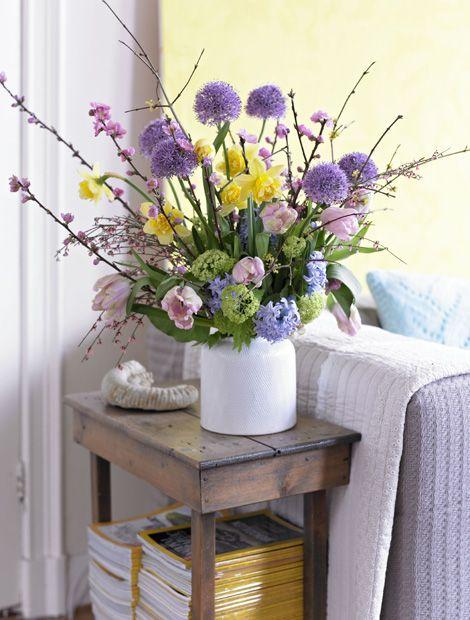 Imposantes Bouquet aus Zierlauch, Tulpen, Narzissen und einigen Zweigen der Zierkirsche (Foto: IZB)