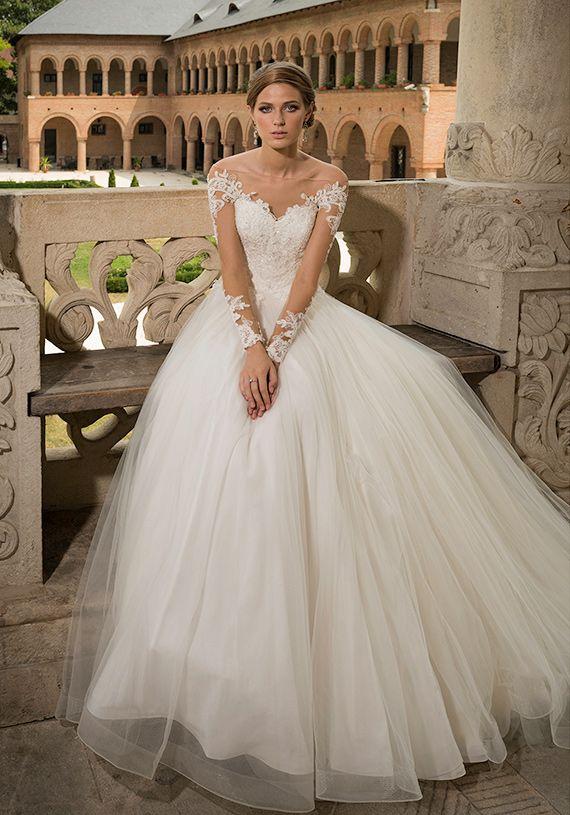 Aceasta rochie de mireasa printesa este un adevarat exercitiu de stil. Fusta ampla, cu numeroase straturi de tulle, bustul cu detalii tatuaj, spatele incheiat in nasturi si transparentele sunt detaliile unei rochii aristocratice, perfecta pentru o mireasa stylish.