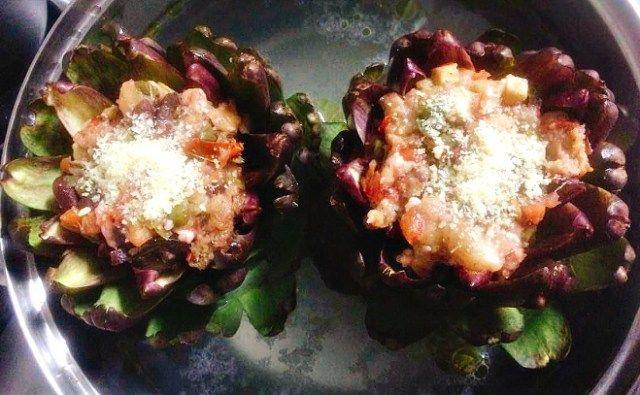 Alcachofra recheada com queijo, tomate, azeitona e alcaparra