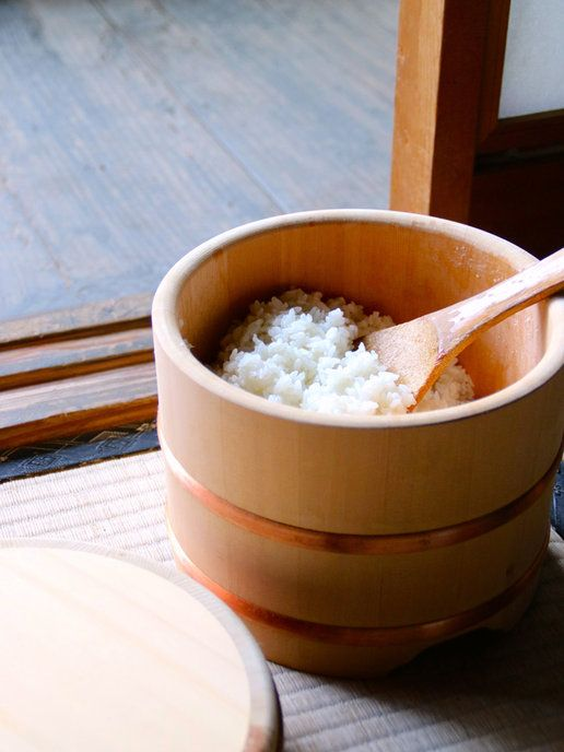 Japanese rice in a wooden container 木曽椹(きそさわら) の江戸びつ