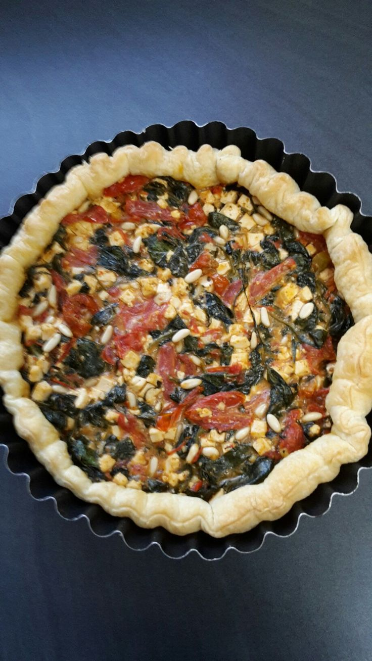 Heerlijke veganistische quiche met spinazie, zongedroogde tomaatjes, courgetten,tofu en nog veel meer....