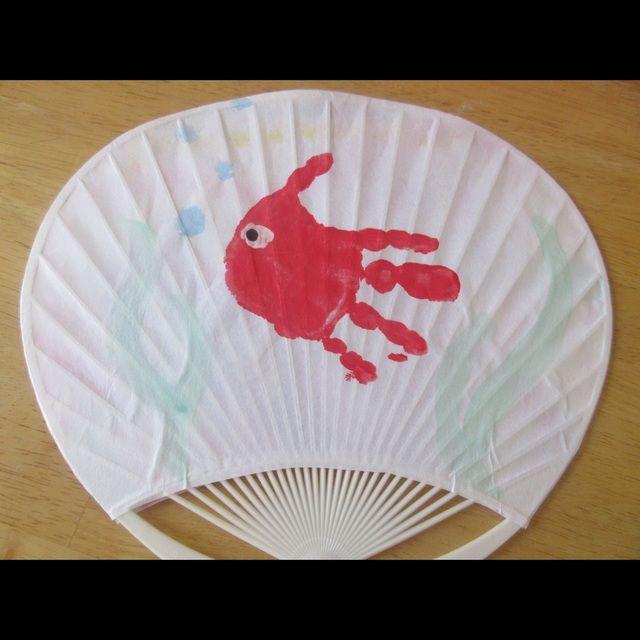 【アプリ投稿】手形金魚うちわ1歳児父の日プレゼント障子紙、うちわ… | みんなが投稿した遊びや製作の写真がいっぱい!あそびのタネNo.1 保育や子育てに繋がる遊び情報サイト[ほいくる]