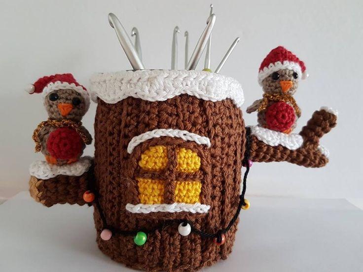 Wat een leuk potje om te maken voor kerst. Het gratis haakpatroon van dit pennenbakje kerst is afkomstig van Haak met Smaak en vind je op Freubelweb.
