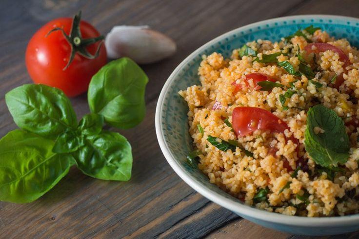 Il couscous con pomodoro e basilico è un primo piatto dal sapore fresco e leggero facilissimo da preparare. Ecco la ricetta