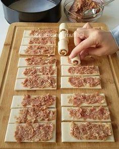 Hayırlı geceler 5 dkda hazırlayabileceğiniz çok pratik milföyden mantı tadında börek O kadar lezzetli oluyor ki denemenizi tavsiye ederim Ben kelepçeli kalıpta hazırladım ama bir borcamda da yapabilirsiniz Bambu profesyonel kesme tahtası sunum tabaklarım @bambumtr Milföyden pratik mantı 8 adet milföy 100-150 gr kıyma 1 küçük soğan rendesi Tuz, karabiber, kırmızı toz biber Üzerine yumurta sarısı Sarımsaklı yoğurt Tereyağlı biberli sos Yapılışı: Kıyma soğan ve baharatları bir kab...