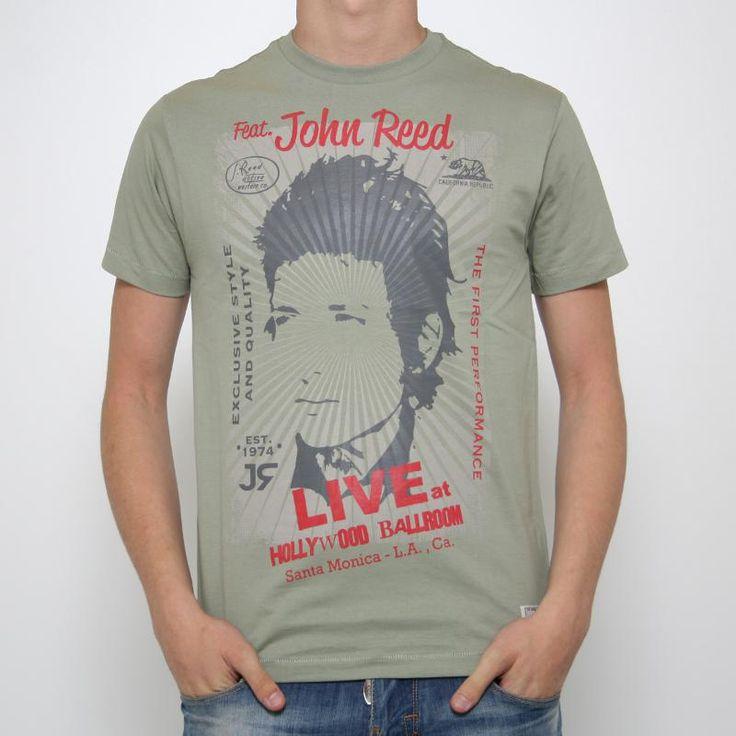 T-shirt John Reed Arenas   T-shirt John Reed Arenas in cotone manica corta. Color verde militare. Stampa frontale raffigurante un volto maschile contornato da scritte. Vestibilità regular. Dettagli: Lavare a massimo 30°.