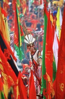 Muslianshah Bin Masrie: Kemeriahan Pesta Chap Goh Meh 2013 si Singkawang, Kalbar di ramaikan dengan adanya Tatung-Tatung hebat yang berkumpul di stadium.