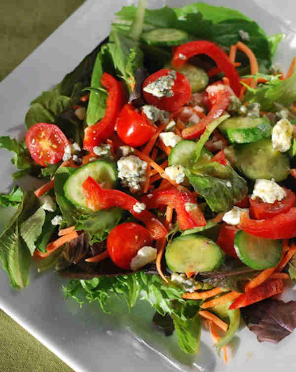 Miam ! Une délicieuse salade avec la vinaigrette maison PARFAITE.