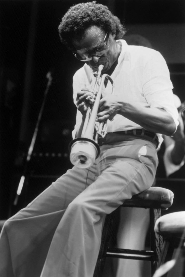 Miles Davis During a break in a concert in 1970, a furious Gary Bartz walked into the dressing room...http://themaninthegreenshirt.tumblr.com/post/153517921020