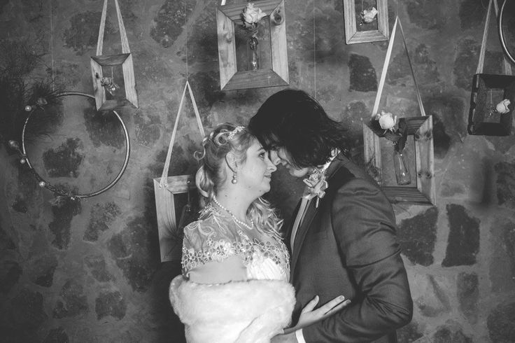 Wedding photo idea, hanging photo frames with flowers, empty photo frames