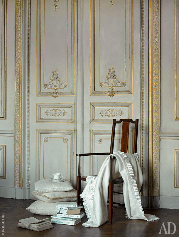 Гостиная. Стопка подушек заменяет журнальный столик — это одна изэксцентричных привычек хозяев.