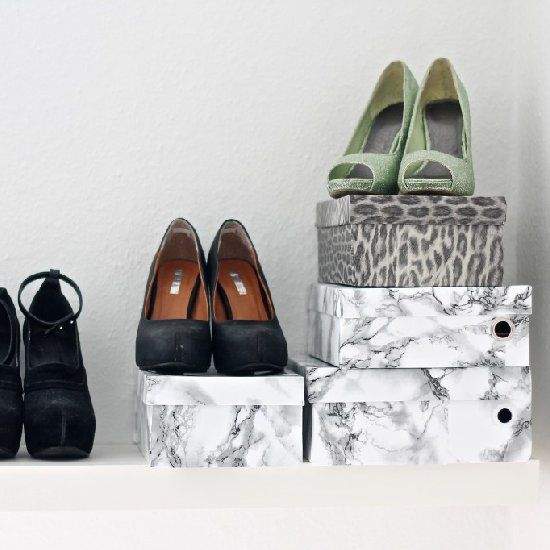 My guide to how I wrapped my shoe boxes with adhesive foil. This method was the one that worked best. (in Danish)