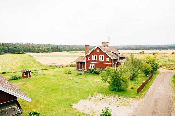 Gård om cirka 5,9 ha med fritt läge strax utanför Gullspång med goda förutsättningar för egna intressen/hobbyn. Finns möjlighet att köpa till ca 10,3 ha skog.