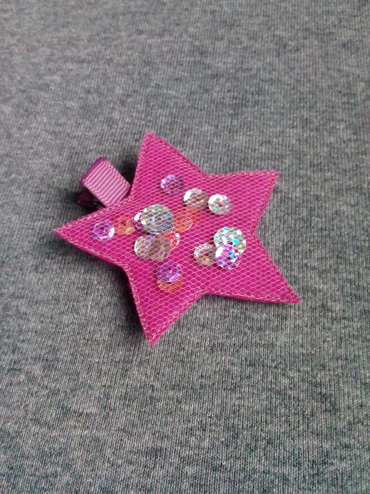 Spinka gwiazdka w kolorze fuksji wykonana z filcu ozdobiona tiulem i cekinami. Wym. 6,5cm, klips: krokodyl 4,5cm.
