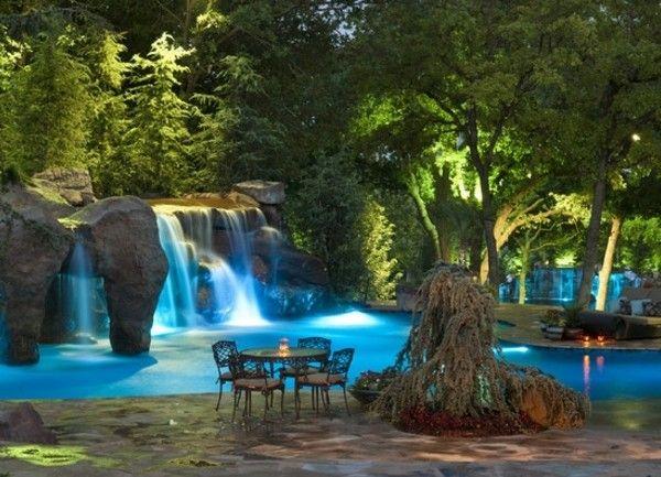 cascade-bassin-une-atmopshère-magique-avec-des-lumières-artificielles-en-bleu