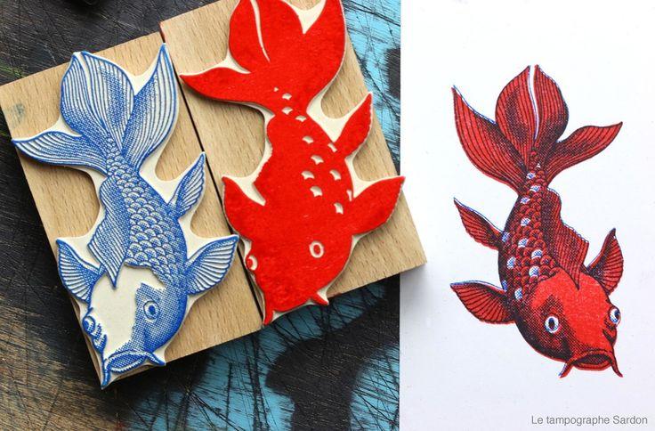 jeu de deux tampons permettant d'imprimer une carpe koï en deux couleurs. Il est conseillé d'imprimer d'abord le rouge, puis le bleu. Des repères sont tracés sur les montures afin de facilite...