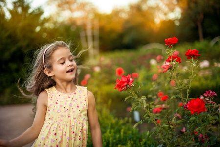 Девочка и вечерние розы