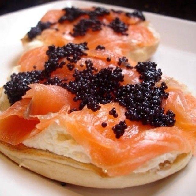 """⚽️до свидания, que quer dizer """"do svidaniya""""na Rússia e significa """"adeus"""". Tudo bem, a gente fica com essas bolinhas menores chamadas Caviar.😋 A maneira correta de servir Caviar é sobre essas mini panquecas, chamadas Blinis e com Sour Cream. Na Rússia, esses canapés que se come com as mãos, são servidos com Vodka. Os Argelinos provavelmente preferem com Champagne✨E já podem comemorar!  Para o Sour Cream: 200 ml de creme de leite fresco  suco de 1 limão 🔸Numa tigela, misture o creme de…"""