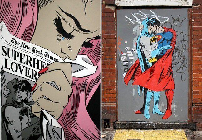 """Enquanto nas telonas Batman e Superman brigam feio, nas ruas de Londres e Nova York a história é bem diferente: Superman pega o homem morcego pelo pescoço e os dois super heróis protagonizam um beijo caliente. O romance é obra do artista Rich Simmons, que diz ter concebido a ideia por """"querer levantar a discussão sobre igualdade pegando os dois super-heróis mais macho alfa e os colocando nessa situação"""". A primeira exibição de """"Superman beijando Batman"""" havia sido exibida por ele em 2014…"""