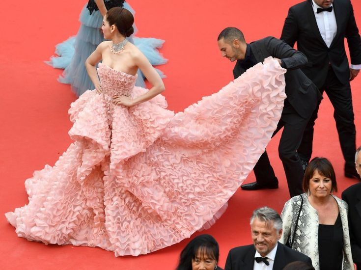 festival de cannes mai 2016 Que serait Cannes sans son défilé de robes sophistiquées ? Petite compilation de la première montée des marches. Ici, l'actrice thaïlandaise et britannique Araya Hargate à l'heure des derniers ajustements...Les plus belles photos du Festival de Cannes 2016