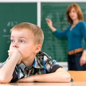 Concentratieproblemen in de klas kunnen een indicatie zijn voor speltherapie. Waar zit hij met zijn gedachten? Welke blokkades verhinderen dat hij kan opletten in de klas?