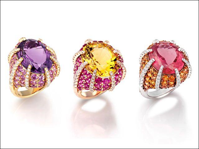 Faraone - Linee sinuose dal design unico per la Collezione Galaxy. Ametista, berillo giallo e kunzite abbinate a varie tonalità di zaffiri sono montati su una base di oro giallo, bianco e rosa. (anelli a partire da €10.000)