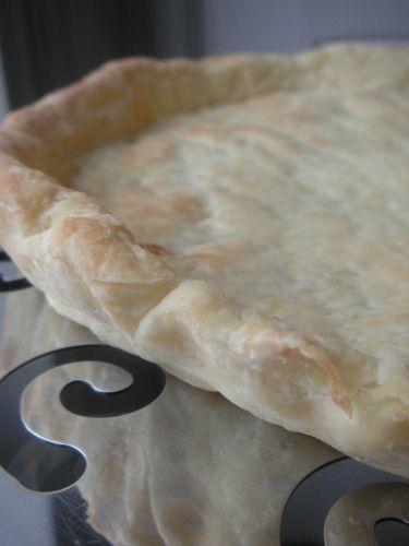 Voilà une nouvelle recette de pâte à tarte testée et très largement approuvée! Elle est plus légère qu'une pâte brisée ou feuilletée, très croustillante, légèrement feuilletée, très facile à faire. Une réussite! Vous pouvez la faire à la main ou au robot,...