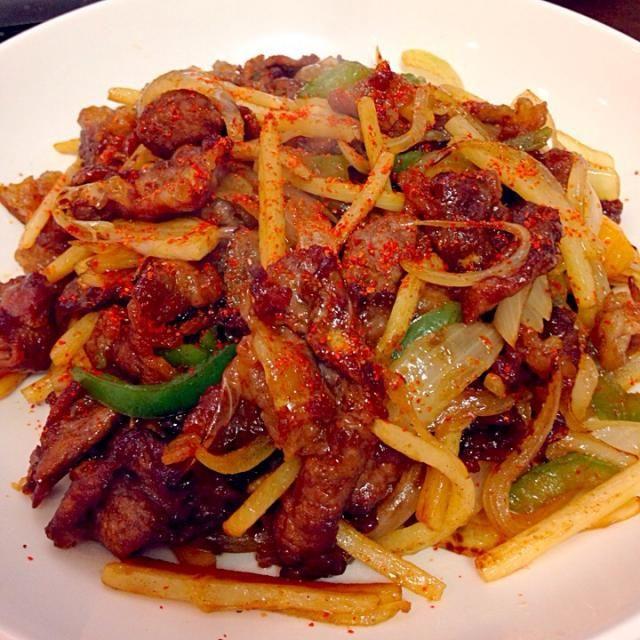 牛肉を唐揚げにして、玉ねぎ・たけのこ・ピーマンと炒めて、醤油とオイスターソースと中華スープで味付け。 オリジナル料理だけどこれ美味いな。 - 7件のもぐもぐ - チンジャオロースー風の中華炒め by taro16bit
